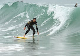 A surfer succeeds in surfing a wave thanks to his surfing lessons on the Côte des Basques Beach with La Vague basque.