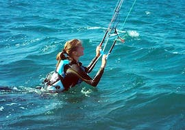 A girl doing an Introductory Kitesurfing Lesson in Hyères for Beginners with Le Robinson.
