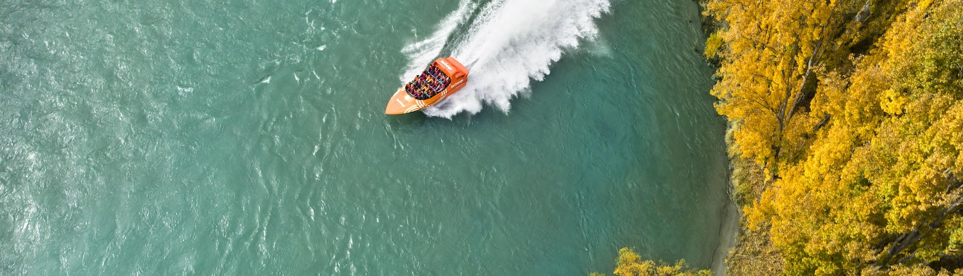 A jet boat is making a 360° spi during Jet Boat Tour from Queenstown organized by Go Orange