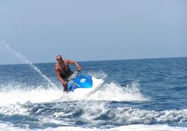 Un homme fait du jet ski dans la baie de St George avec Sun & Fun Watersports à Malte.