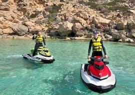 Deux personnes font une randonnée en jetski dans la réserve naturelle des deltas avec Mallorca on Jetski.