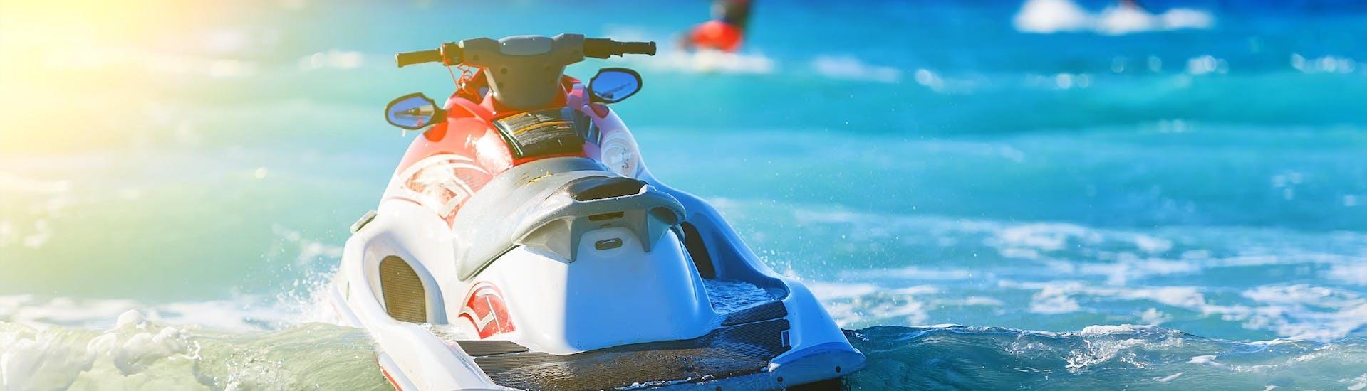 Una moto de agua está flotando en el mar, lista para ser usada por cualquiera que quiera montar una moto de agua en Algarve.