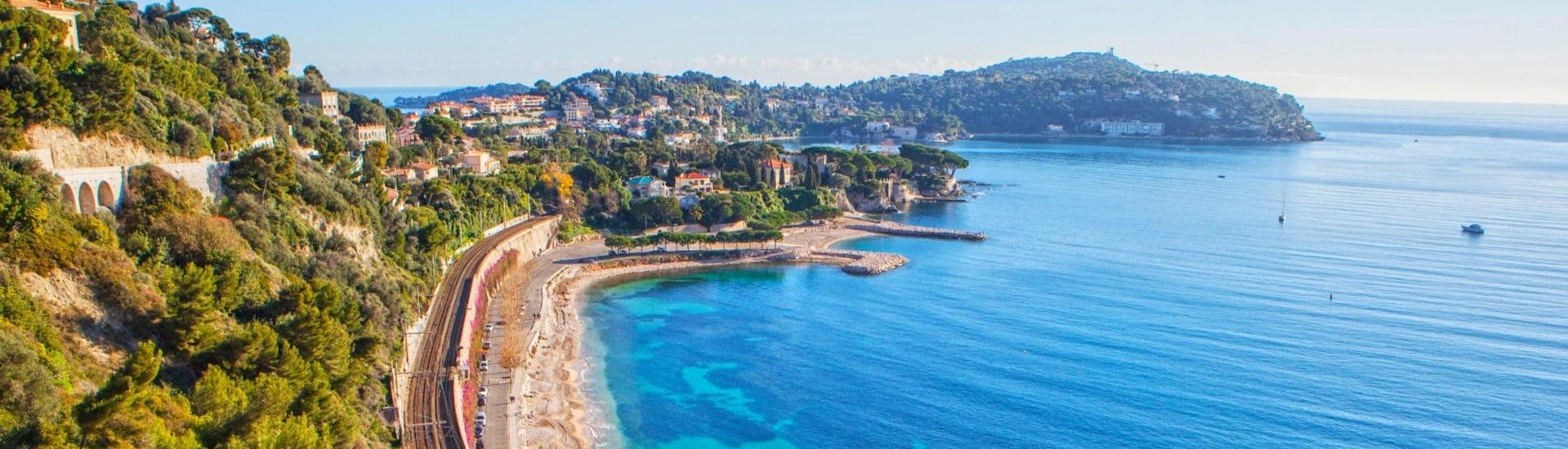 Une photo de la plage et des eaux bleues profondes de la Côte d'Azur que vous pouvez apercevoir en faisant du jet ski ou d'autres activités nautiques à Antibes.