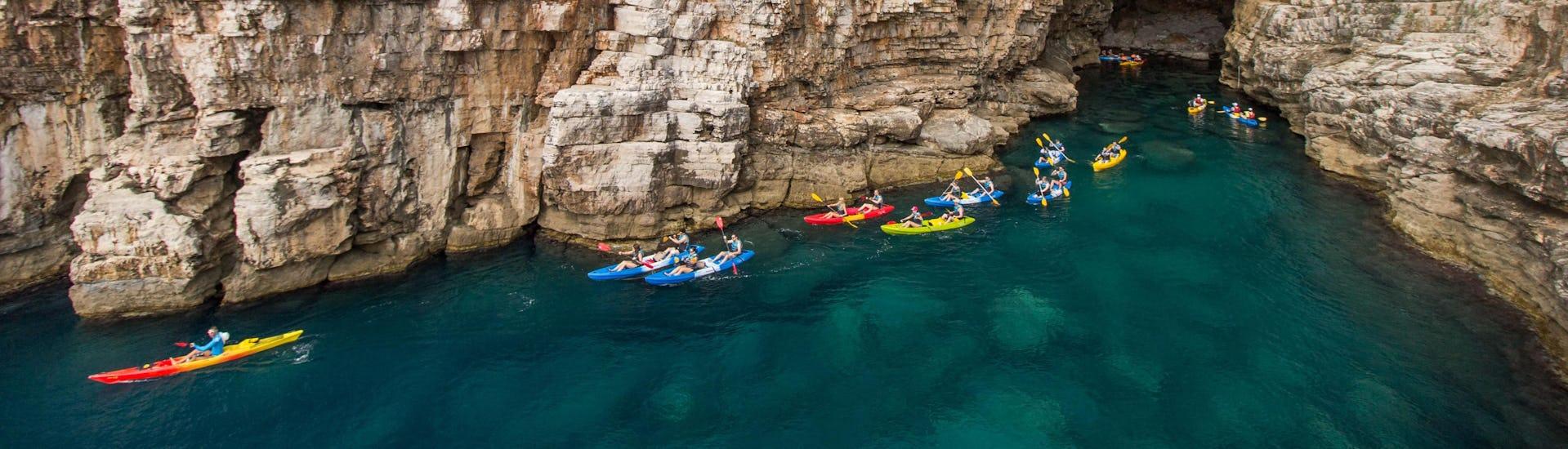 Dubrovnik: Een stel vrienden geniet van hun tocht in een van de hotspots voor kajakken en kanoën.