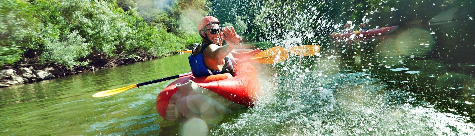 Due amici spruzzano acqua in un'escursione di kayaking lungo un fiume nell'hotspot di kayaking e canoa, Regione zaratina.