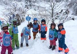 Los niños están construyendo un muñeco de nieve al final de sus clases de esquí para niños (3-11 años) - Vacaciones - Mañana con la escuela de esquí ESI Ecoloski Barèges.