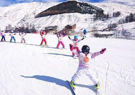 Les enfants sont heureux de faire leurs premières descentes sur la neige lors de leur Premier Cours de ski Enfants (3-12 ans) - Février avec l'école de ski ESF La Foux d'Allos.