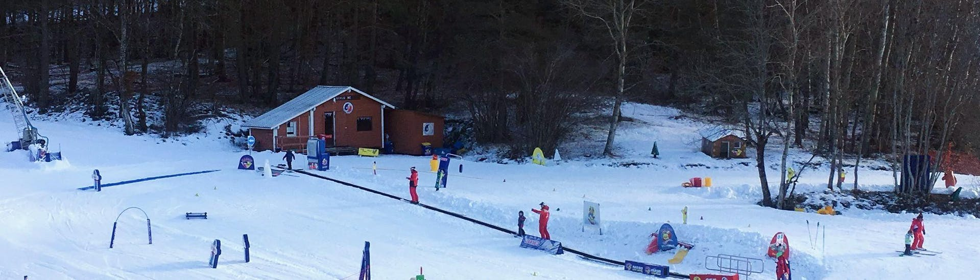 Kids are using the safe environment of the kindergarten to learn the basics of skiing during their Kids Ski Lessons (3-4 y.) for First Timers with the ESF Montclar.