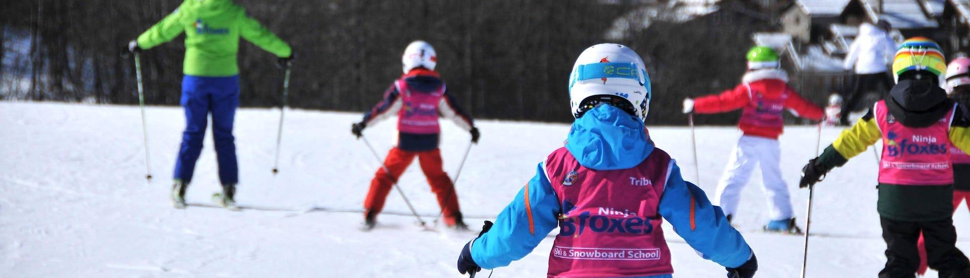 Kinder haben Spaß beim Skifahren im Kinder Skikurs (4-12 J.) - Alle Levels angeboten von der Skischule Scuola di Sci B.foxes.