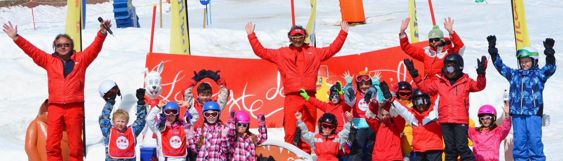 Les enfants prennent une photo de groupe tous ensemble à la fin de leur Cours de ski Enfants (4-12 ans) avec l'école de ski ESF La Foux d'Allos.