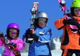 Im Rahmen des Unterrichts Kinder Skikurs (4-12 J.) - Alle Levels - Ganztags, die von der Skischule Snow & Bike Factory Willingen organisiert wird, hat eine Gruppe von Kindern viel Spaß.