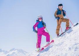 Ein Mädchen hat viel Spaß während des Kurses Kinder Skikurs (4-13 J.) - Alle Levels - Nachmittags unter der Aufsicht einer freundlichen Skilehrerin der WIWA | DSV Skischule & Skiverleih.