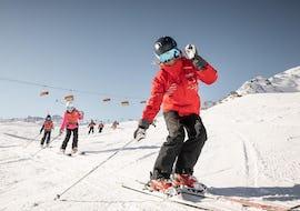 Een skileraar van Ski- und Snowboardschule Vacancia doet een oefening aan zijn leerlingen voor tijdens de cursus Skilessen voor kinderen (4-15 jaar) - Alle niveaus.
