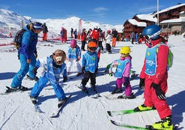 Children are discovering skiing under the watchful eye of their ski instructor from the Ski Cool Val Thorens ski school during their Kids Ski Lessons (5-12 y.) for 1st Timers - Morning.