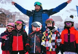 Kids are taking a group picture with their ski instructor from the ski school Ski Cool Val Thorens after their Kids Ski Lessons (5-12 y.) - Morning - Holiday - 1st Timer.