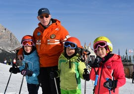 The Kids Ski Lessons (5-12 y.) - All Levels are about to begin, the children get to know the ski instructor of the Ski School Scuola Italiana di Sci Civetta.