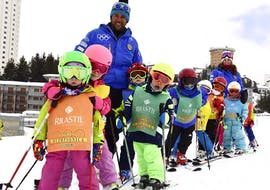 A group of kids is having fun with the ski instructor of the ski school Scuola di Sci Olimpionica during a Kids Ski Lessons (5-14 y.) - Holidays - Advanced in the Via Lattea ski resort in Sestriere.