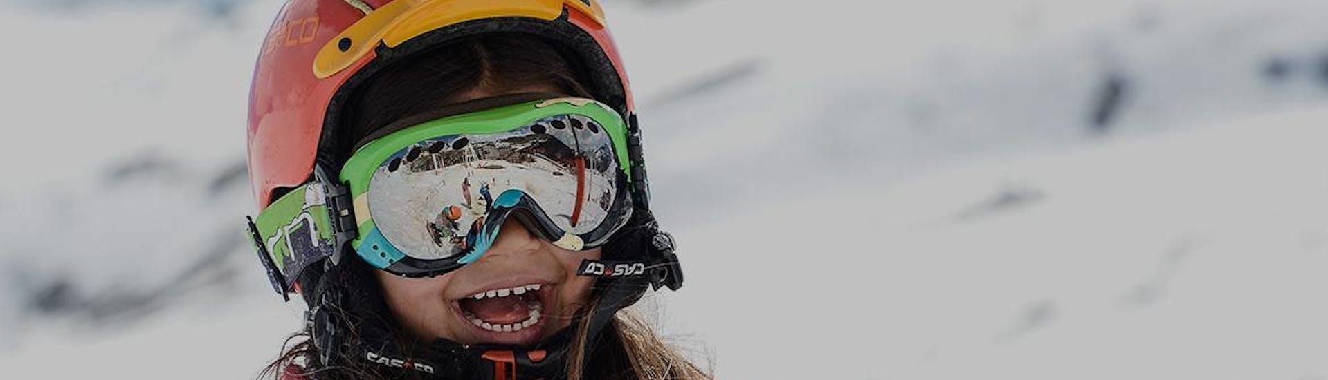 Une petite fille s'amuse avec d'autres enfants pendant un Cours de ski pour Enfants (5-13 ans) - Tous niveaux avec l'école de ski Prosneige Val d'Isère.
