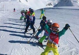 Viele Kinder haben Spaß mit ihrer Skischulgruppe der Skischule Klostertal während ihres Kinder-Skikurses (5-14 J.) für alle Levels.