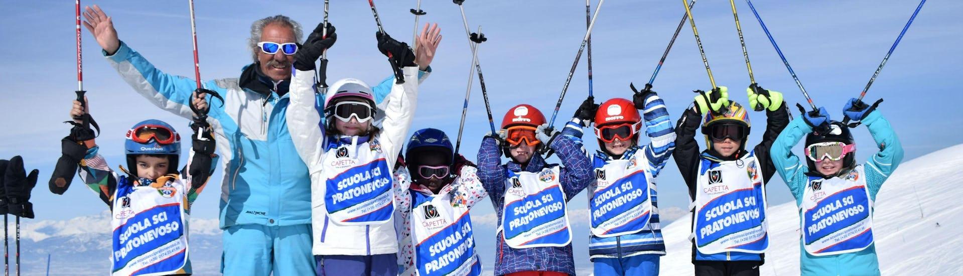 Eine Gruppe Kinder hat sichtbar Spaß bei ihrem Kinder Skikurs (5-14 Jahre) - Alle Levels mit der Skischule Scuola di Sci e Snowboard Prato Nevoso.