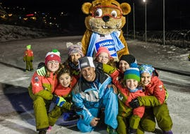 Children have fun together with the mascot of the ski and snowboard school Scuola di Sci e Snowboard Prato Nevoso at the end of the Kids Ski Lessons (5-14 years) - All Levels.