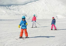 Een groep kinderen leert skiën tijdens de cursus Skilessen voor kinderen (5-15 jaar) - Middag - Beginners van Skischule Kahler Asten.