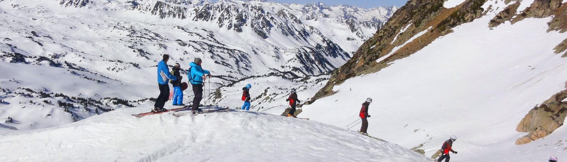 Des enfants skient depuis le haut des pistes pendant leur Cours de ski pour Enfants (5-15 ans) - Expérimenté avec l'école de ski ESI Ecoloski Barèges.