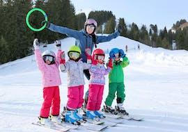Des enfants sont heureux d'apprendre à skier pendant leur Cours de ski Enfants (5-16 ans) pour Tous niveaux avec l'école de ski Diablerets Pure Trace.