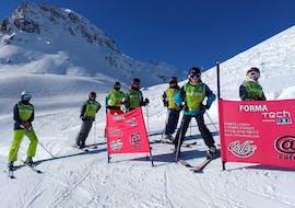Des jeunes skieurs se préparent à descendre une piste pendant leur Cours de ski pour Enfants (5-17 ans) - Matin avec l'école de ski 333 à Tignes.