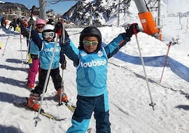 Kids are ready to start their Kids Ski Lessons (5-8 years) - Afternoon - 1st Timer at the top of the chair lift with the ski school ESI du Tourmalet in La Mongie.