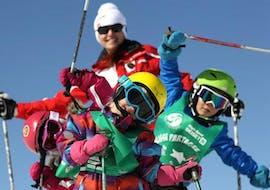 Des enfants s'amusent pendant leur Cours de ski pour Enfants (6-12 ans) - Débutant avec l'école de ski ESF Alpe d'Huez.
