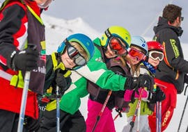 Des jeunes skieurs se tiennent en ligne prêts à s'élancer sur la piste pendant Cours de ski pour Enfants (6-13 ans) - Après-midi avec l'école de ski Evolution 2 Tignes.