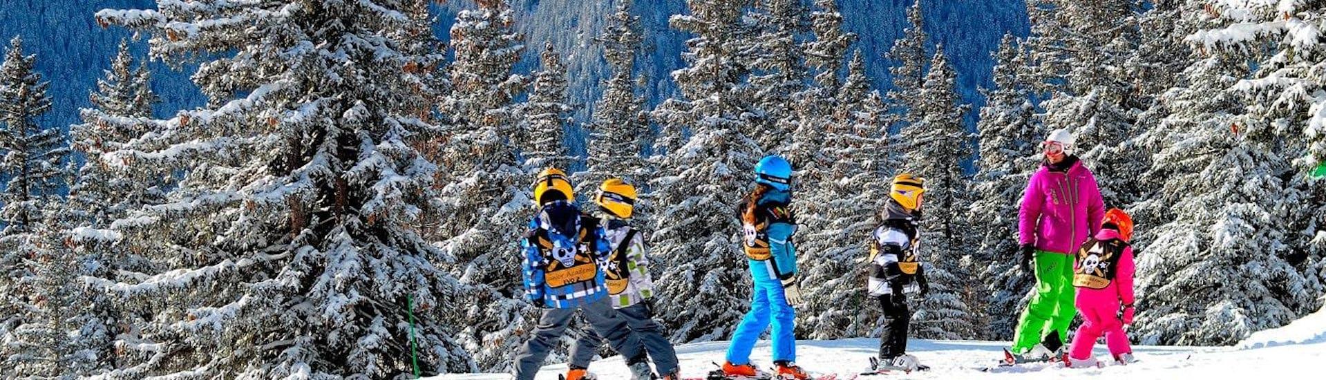 Des enfants apprennent à skier pendant leur Cours de ski pour Enfants (6-18 ans) - Tous niveaux avec l'école de ski Evolution 2 Val d'Isère.