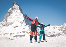 A child skies down the blue slope and greet the ski instructor of Evolution Ski School Zermatt during their Kids Ski Lessons (7-11 y.) for All Levels - Half Day.