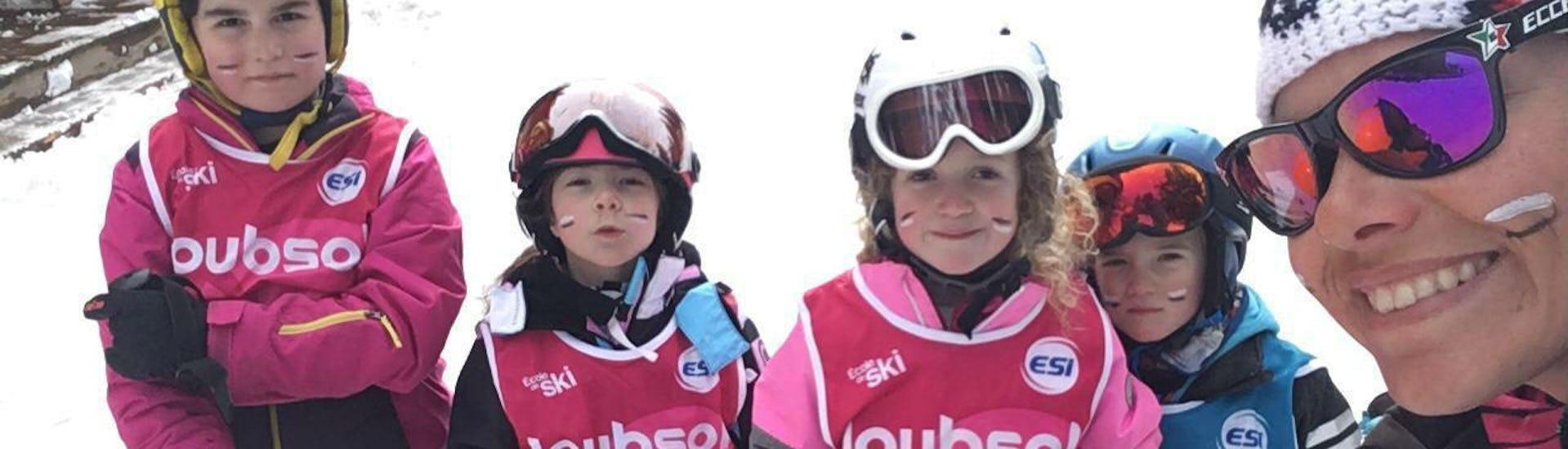 Un groupe d'enfants sourit à l'appareil photo avant leur Cours de ski Enfants + Forfait (7-12ans) - A.-midi -Débutant avec l'école de ski ESI Easy2Ride Morzine.