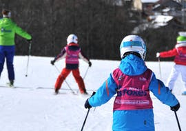 Children are having lots of fun during the Kids Ski Lessons (7-12 y.) - Advanced - Christmas with their friendly instructor from the school Scuola di Sci B.foxes.