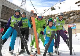 Children are having fun during the Kids Ski Lessons (7- 8 years) - Advanced with their instructor from the school Alpin Skischule Oberstdorf.