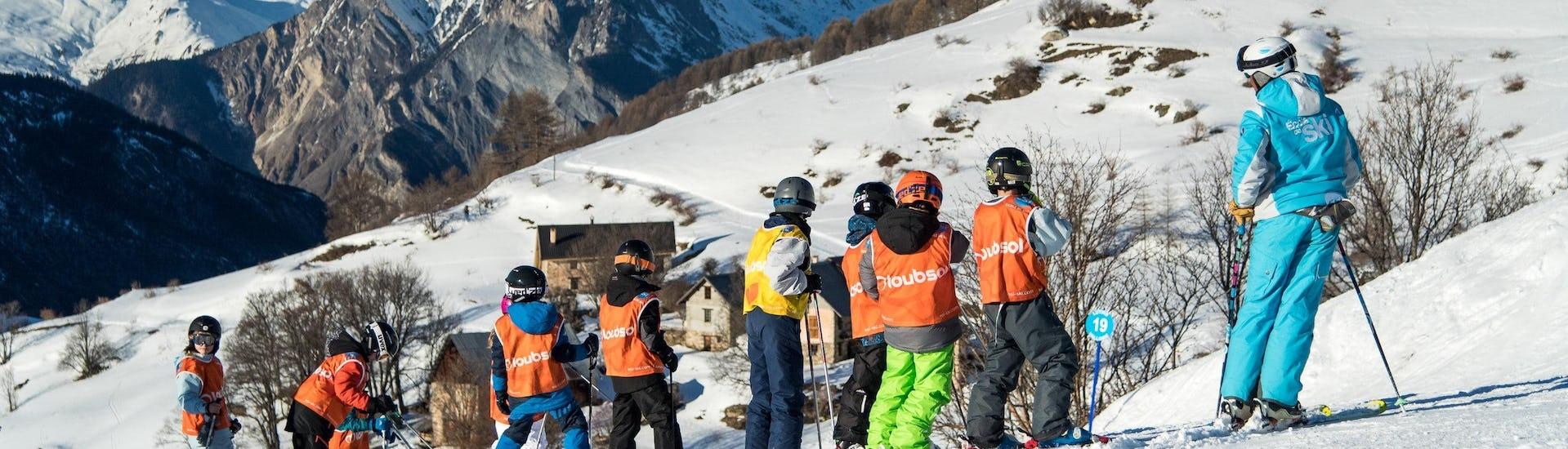 De jeunes skieurs se trouvent dans un magnifique paysage hiver pendant leur Cours de ski pour Enfants (8-15 ans) - Tout niveaux avec l'école de ski ESI Dévoluy.