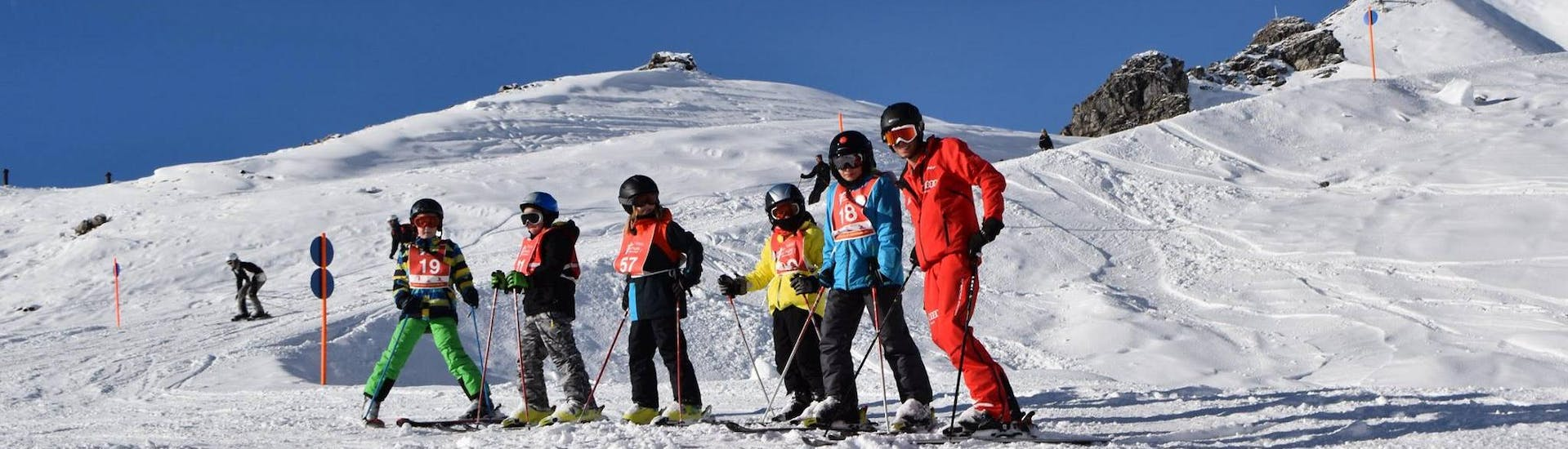"""During the Kids Ski Lessons """"All-in-One"""" (9-16 years) - All Levels, children are having fun with their ski instructor from the ski school Neue Skischule Oberstdorf."""