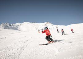 """Een skilerares van Ski- und Snowboardschule Vacancia legt een activiteit uit tijdens de cursus Skilessen kinderen """"All-Inclusive"""" (4-8 jaar) - Alle niveaus."""