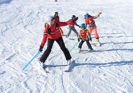 "A ski instructor is explaining the basic techniques of skiing to some young skiers during the Kids Ski Lessons ""All-Inclusive"" (4-8 years) - All Levels organized by the ski school Ski & Snowboardschool Vacancia in the ski resort of Sölden."