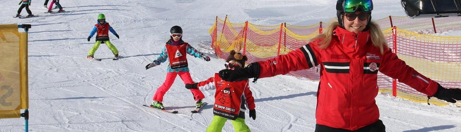 """Eine Gruppe Kinder übt während der von der Ski- und Snowboardschule Vacancia organisierten Aktivität Kinder Skikurs """"All-Inclusive"""" (4-8 Jahre) - Alle Levels das Skifahren im Schneepflug."""