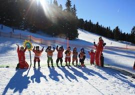Eine Gruppe Kinder und ihre Skilehrerinnen der Skischule Lechner in Zell am Ziller haben beim Kinder Skikurs und Kinderhort - (3-5 Jahre) Spaß im Kinderland.