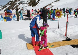 "Children are skiing on the slopes during Kids Ski Lessons ""Bambini"" (3-5 years) - All Levels with the ski school Skischule Ischgl Schneesport Akademie."
