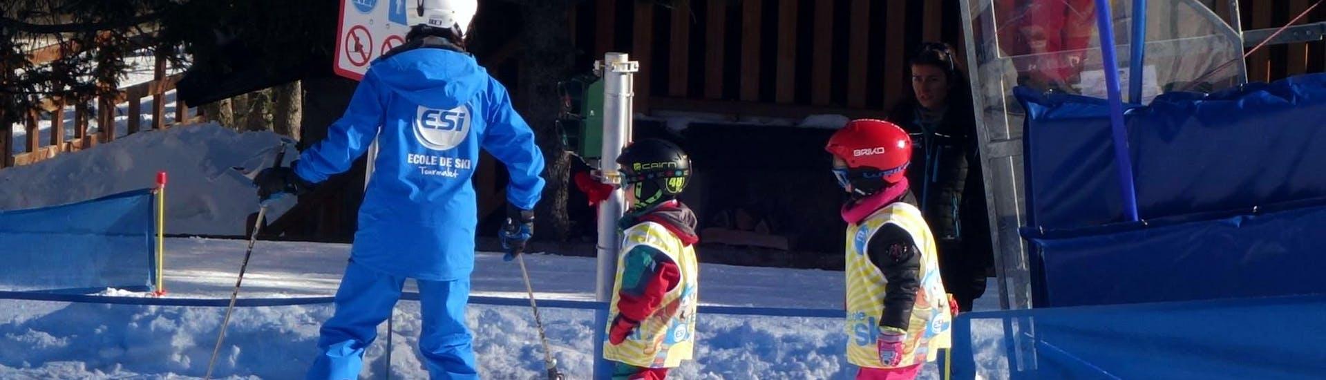 """Los jóvenes esquiadores siguen a su monitor de esquí de la escuela de esquí ESI du Tourmalet en La Mongie durante sus clases de esquí para niños """"Club Mont et Souris"""" (3-4 años) en el ambiente seguro del jardín de nieve."""