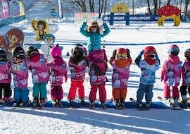 """Des enfants se tiennent côte à côte, pressés de débuter leur Cours de ski pour Enfants """"Club Souris"""" (5-7 ans) avec l'école de ski ESI Dévoluy."""