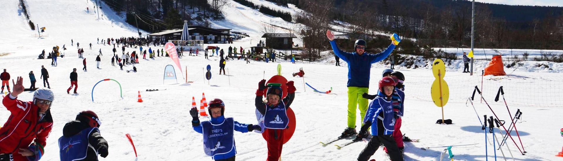 Eine Gruppe von Kindern hat während dem Kinder Skikurs (ab 5 Jahren) - Alle Levels der DSV Skischule Züschen sichtlich Spaß.