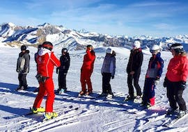 Kids are waiting for the instructions of their ski instructor from the ski school ESS Château d'Oex before starting their Kids Ski Lessons (from 6 y.) for Experienced Skiers.