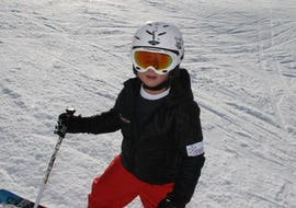 A little boy is having fun during the Kids Ski Lessons (from 6 years) - Advanced whilst improving his skiing skills under the supervision of an experienced ski instructor from the ski school Skischule Arena in Zell am Ziller.