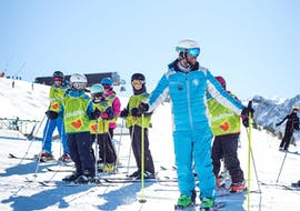 A ski instructor from the ski school ESI Ski Family in Risoul is showing the kids in his group the right gestures before starting their Kids Ski Lessons (5-13 y.) for All Levels - Morning.